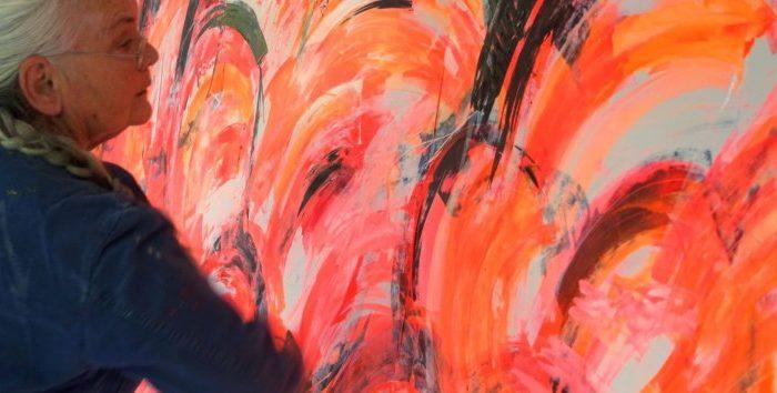 Künstlerin Etelka Kovacs-Koller malt großformatiges Acrylbild