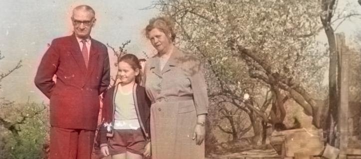 EtelkaKovacs-Koller als Kind mit Großeltern