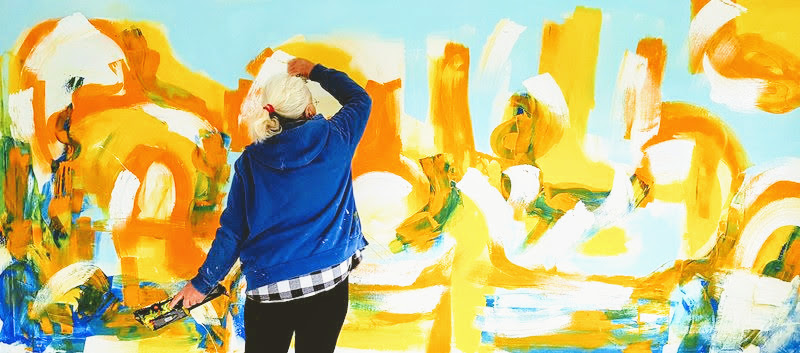 Etelka Kovacs-Koller malt an einem Großformat