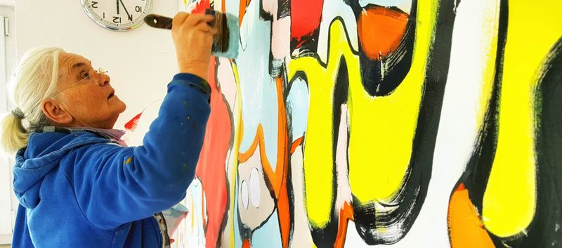 Etelka Kovacs-Koller malt am Großformat